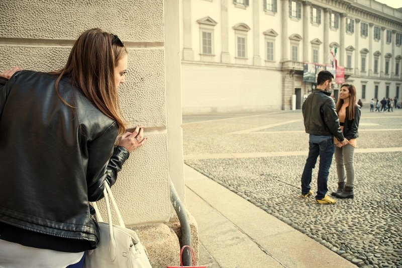 Девушка следит за своим парнем