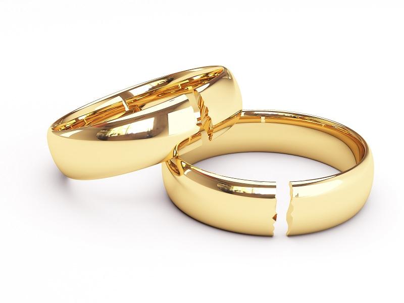 Разбитые обручальные кольца - символизируют развод