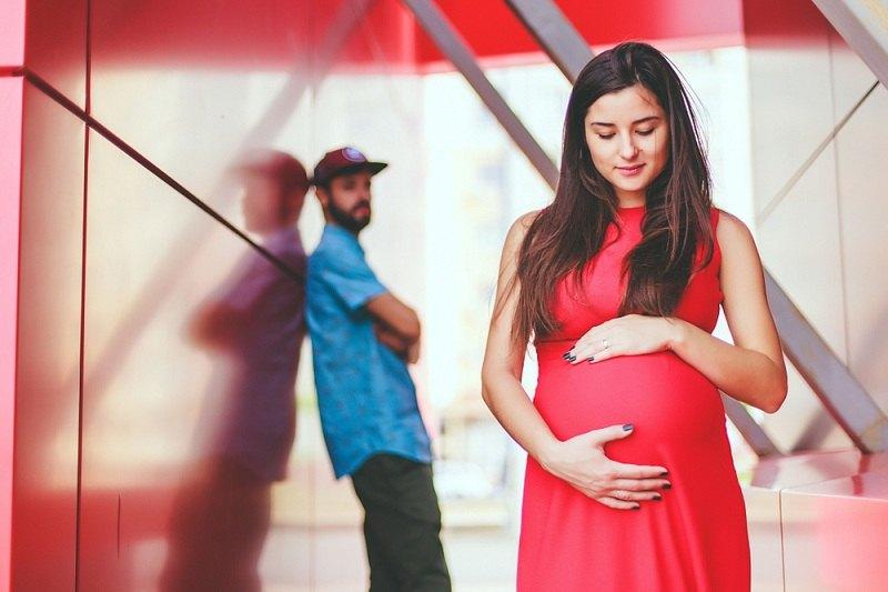 Женщина беременна, а мужчина хочет ее бросить