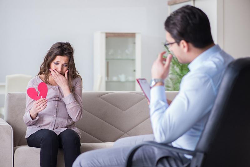 Женщина общается с психологом по поводу развода с супругом