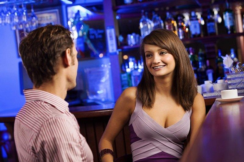 Девушка кокетничает с мужчиной в ресторане