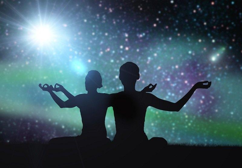 Люди медитируют и хотят научиться возвращать любимых силой мысли
