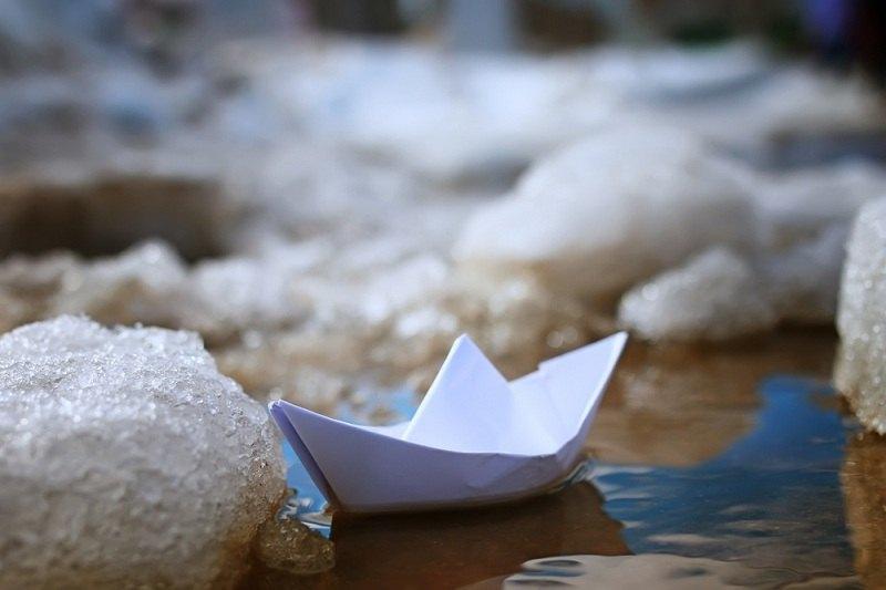 Бумажный кораблик плывет по течению и обходит препятствия