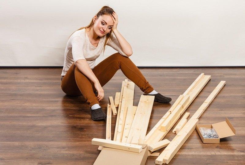 Девушка с мыслями мести за измену начала ломать мебель