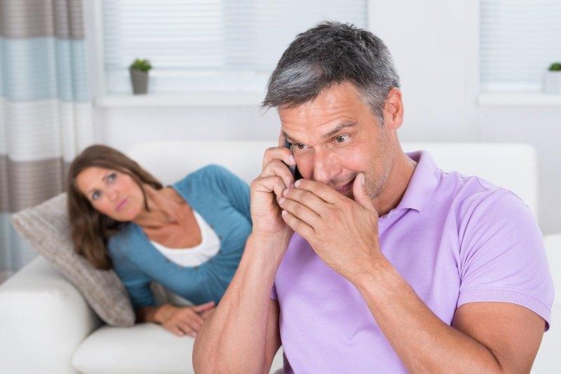 Женщина подслушивает разговор мужа с любовницей и не знает как реагировать на это