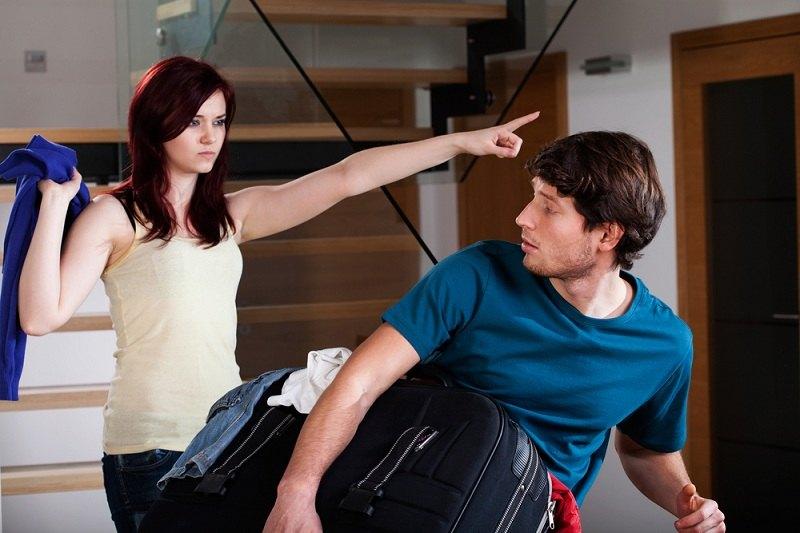 Девушка выгоняет парня из своей квартиры после измены с другой женщиной