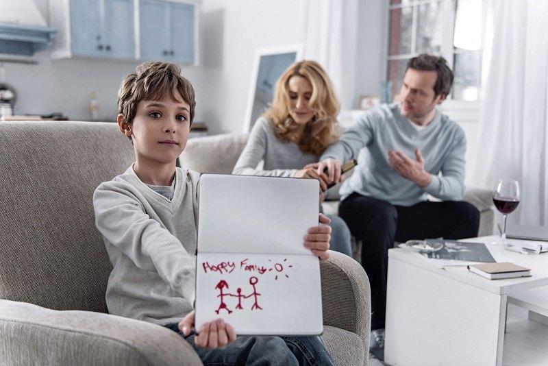 Бывшие супруги договариваются как правильно себя вести друг с другом по отношению к ребенку