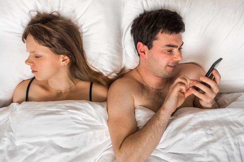 Пока жена спит - муж переписывается с любовницей по телефону
