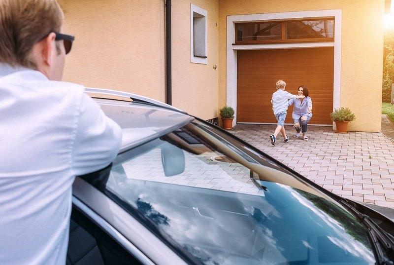 Отец наблюдает со стороны за сыном и бывшей супругой