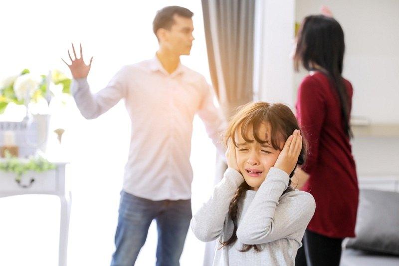 Бывшие супруги ругаются - женщина не отдает ребенка