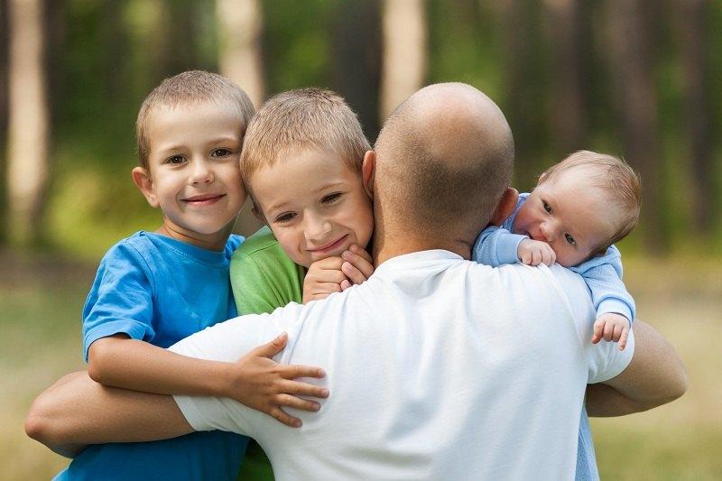 Мужчина любит своих детей, но ненавидит ребенка от первого брака