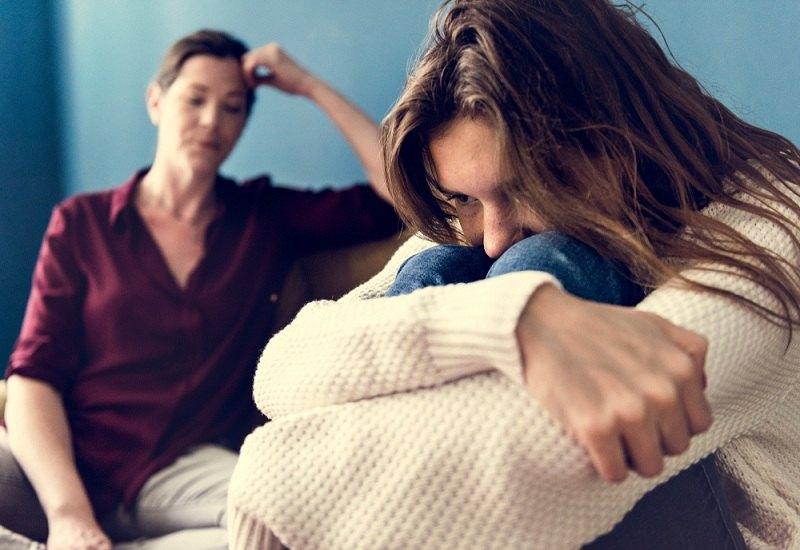 Девушка жалуется маме - очень люблю мужа, а он не любит ее ребенка от предыдущего брака