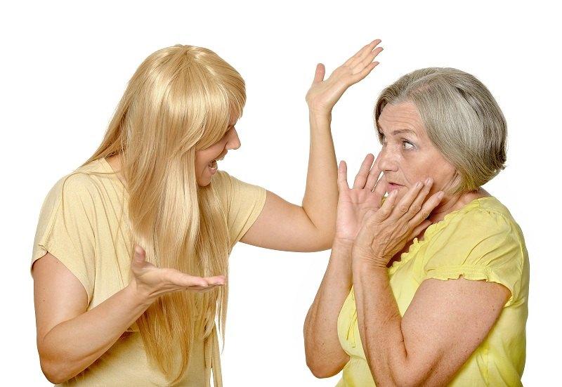Женщина ругается со свекровью