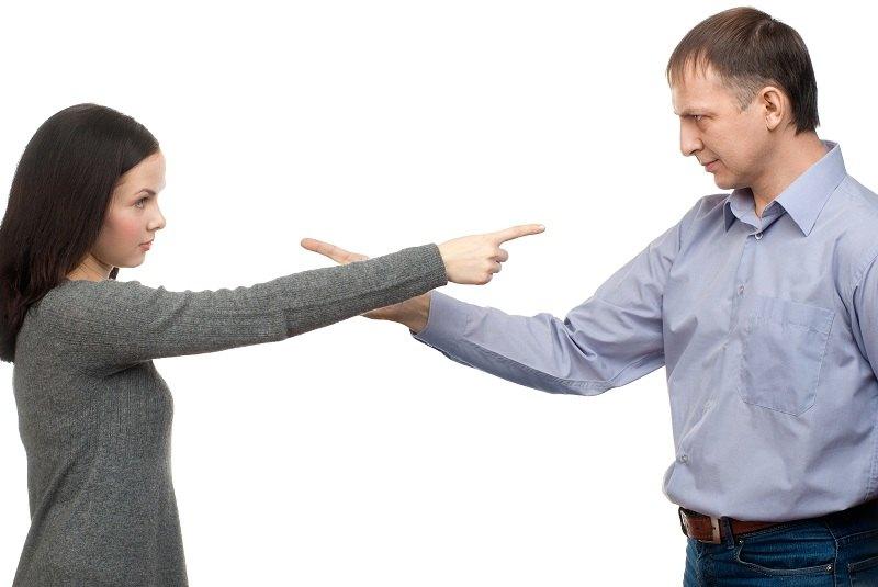 Супруги ссорятся и выясняют отношения друг с другом