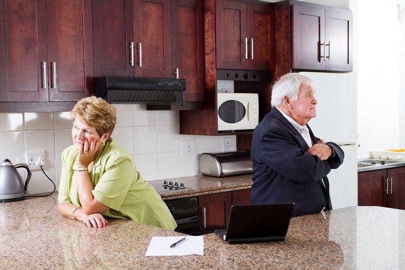 Пара решилась подать развод после 60 лет - стоят на кухне спиной друг к другу