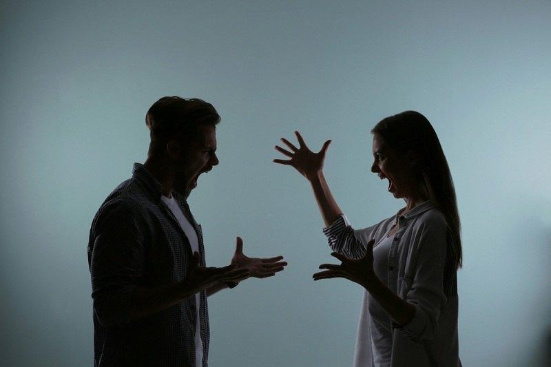 Женщина ссорится с мужем