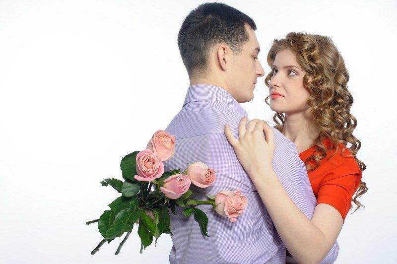 Супружеская пара обнимается и танцует