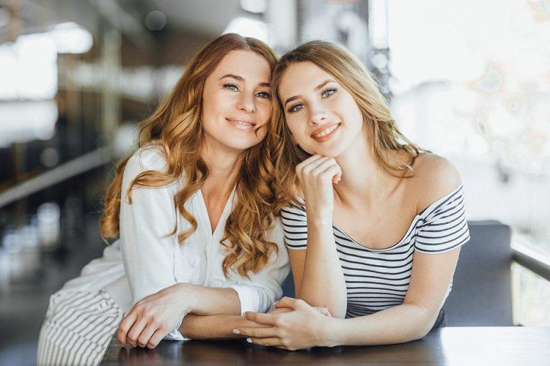 Мама и дочка в подростковом возрасте строят между собой отношения