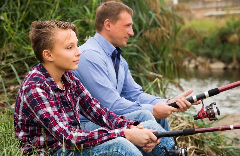 Отец с сыном на рыбалке пытаются наладить отношения