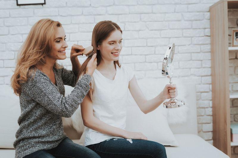Мама дает советы подростку как себя вести со сверсниками