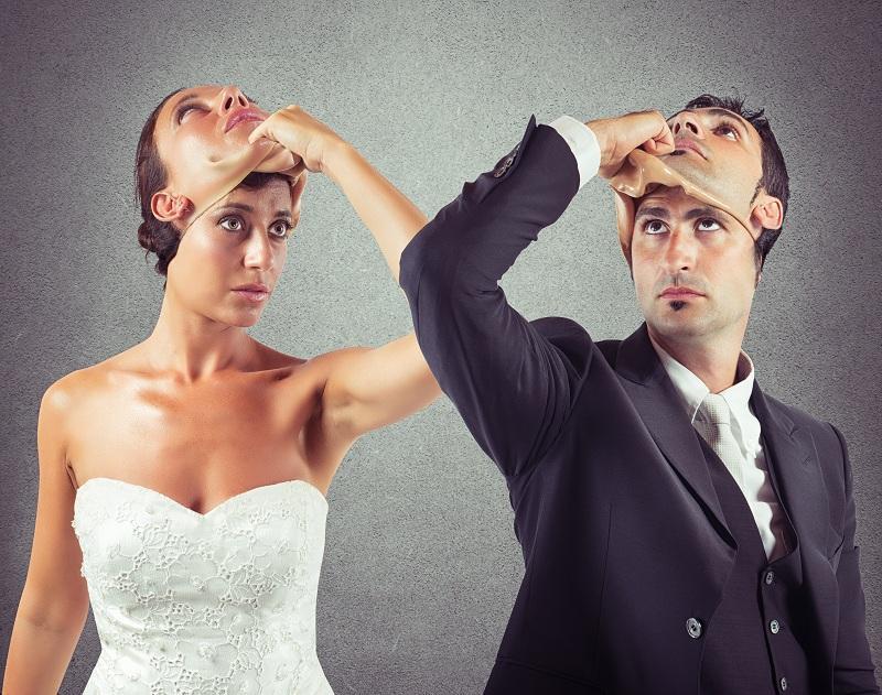 Мужчина и женщина снимают маски - хотят сохранить отношения друг с другом