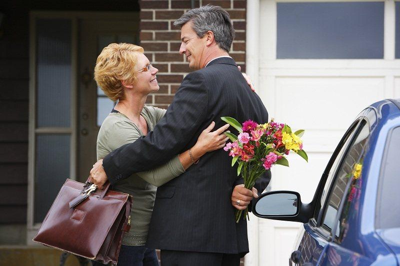Мужчина ценит отношения и дарит супруге цветы