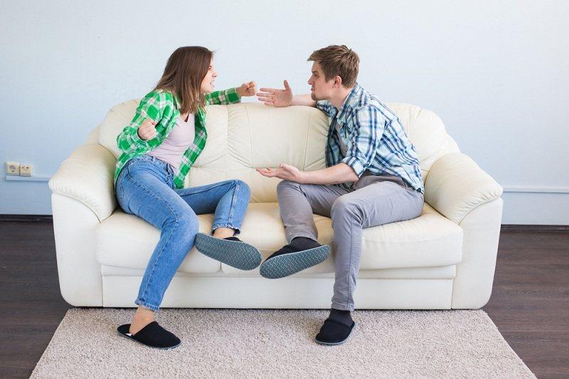 Супруги ссорятся и пытаются выяснить отношения между собой