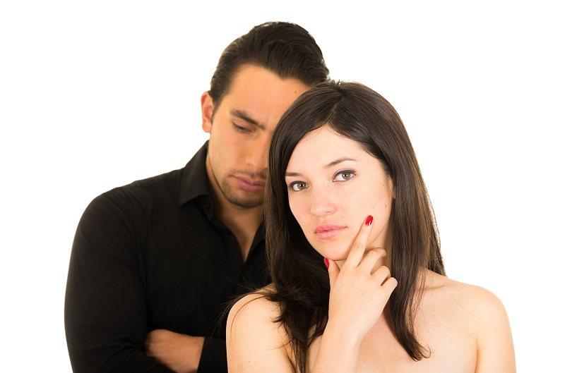 Девушка задумалась, ее мучает совесть из-за измены мужу