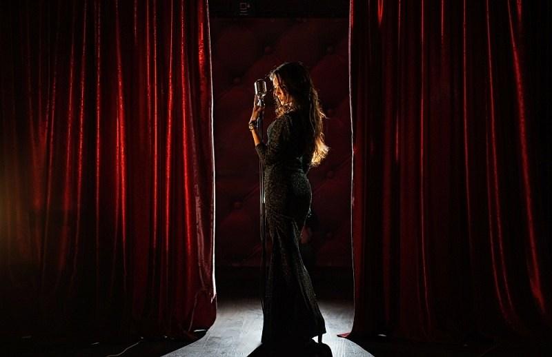 Любовница мужа поет на сцене