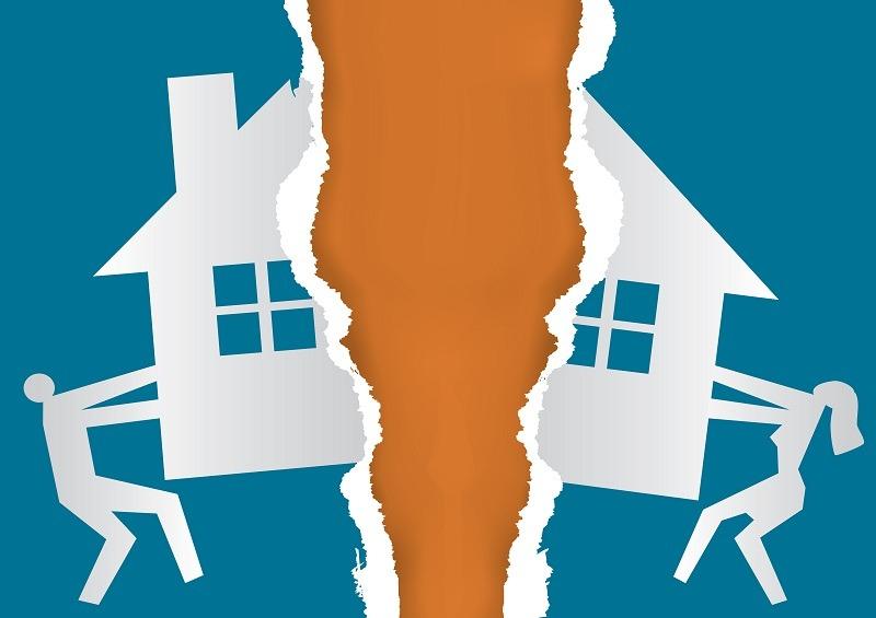 Муж и жена делят имущество во время развода