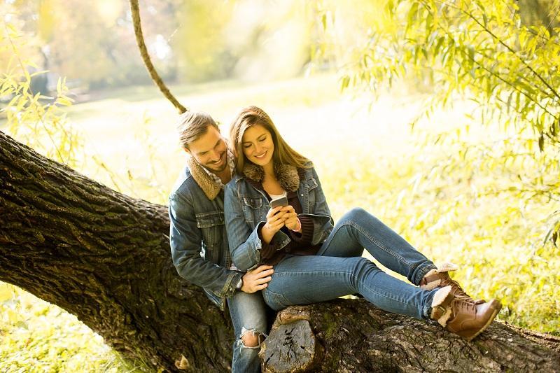 Пара влюбленных испытывают друг к другу нежные чувства