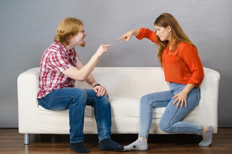 Супруги выясняют отношения и тычут друг в друга пальцем