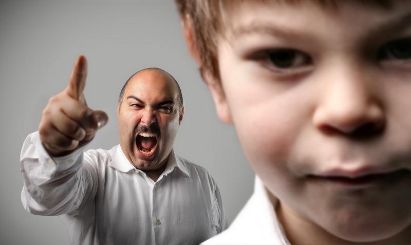 Мужчина раздражительно кричит на ребенка