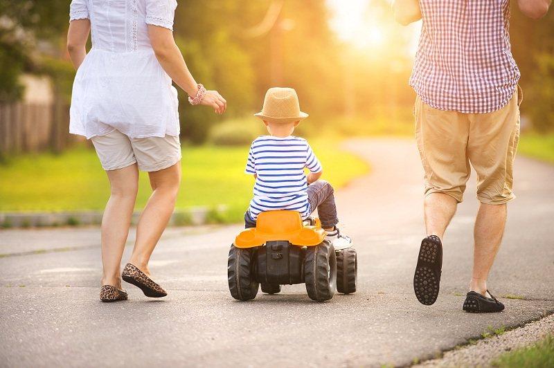 Супруги гуляют с ребенком от первого брака
