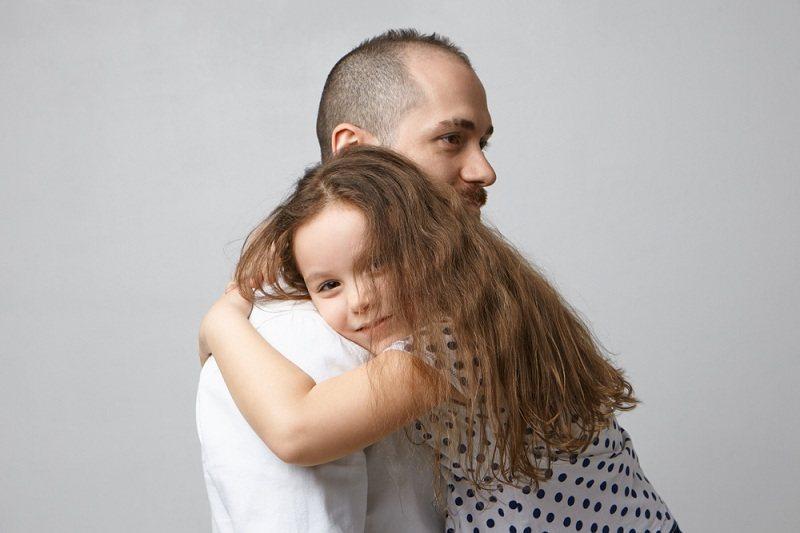 Отец обнимает дочку и извиняется за то что развелся с ее мамой