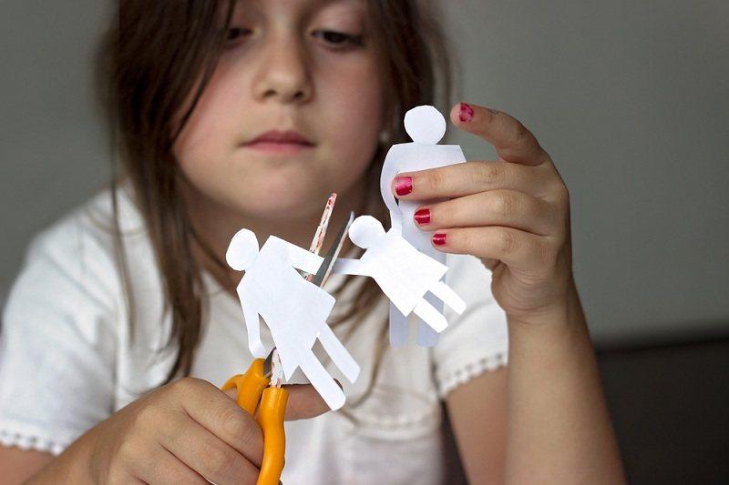 Девочка страдает после развода родителей, но не хочет общаться с отцом