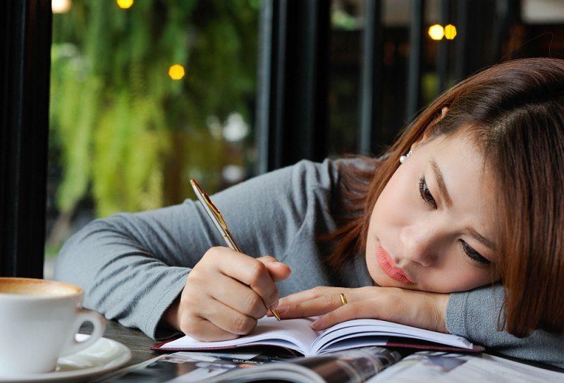 Женщина ведет дневник воспоминаний о бывшем супруге, так как прошло 2 года после развода