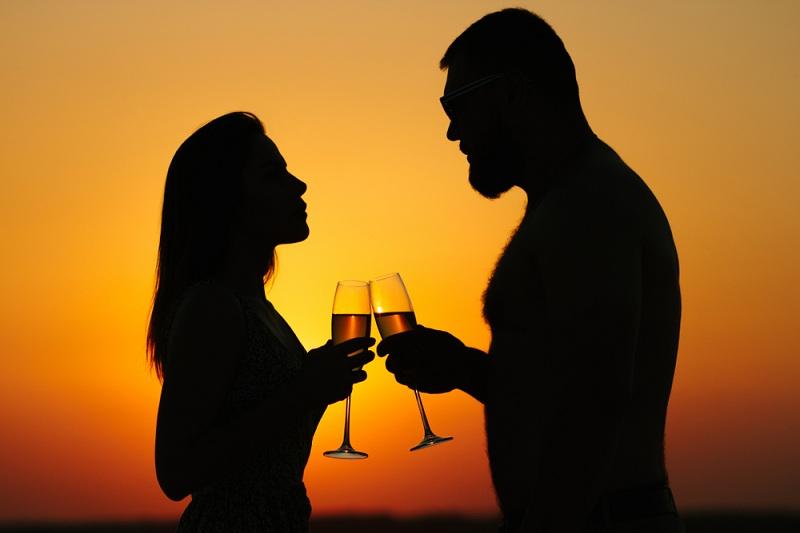 Девушка пьет с бывшим любовником шампанское, но он уже женат