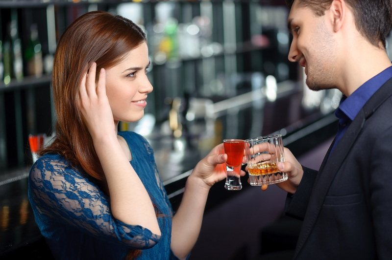 Муж с любовницей тайно встречаются и кокетничают