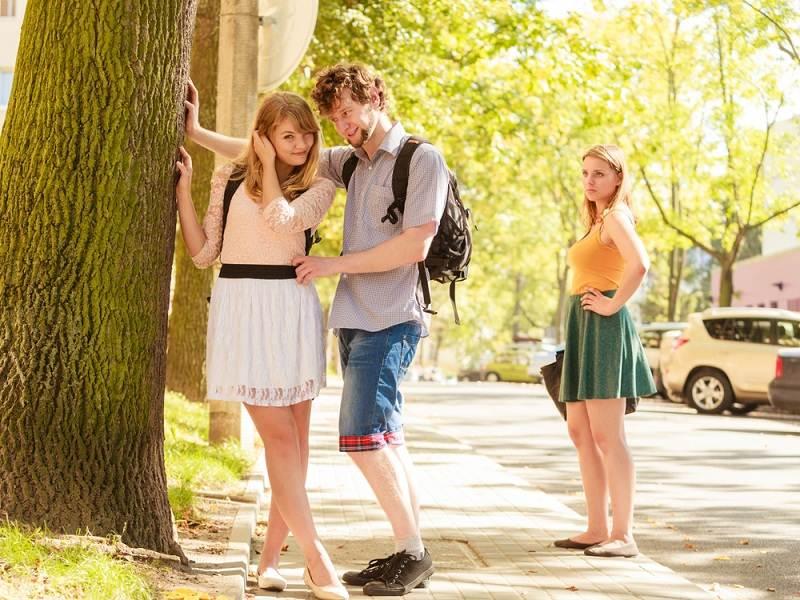 Девушка застукала парня с определенной девушкой и боится его измены