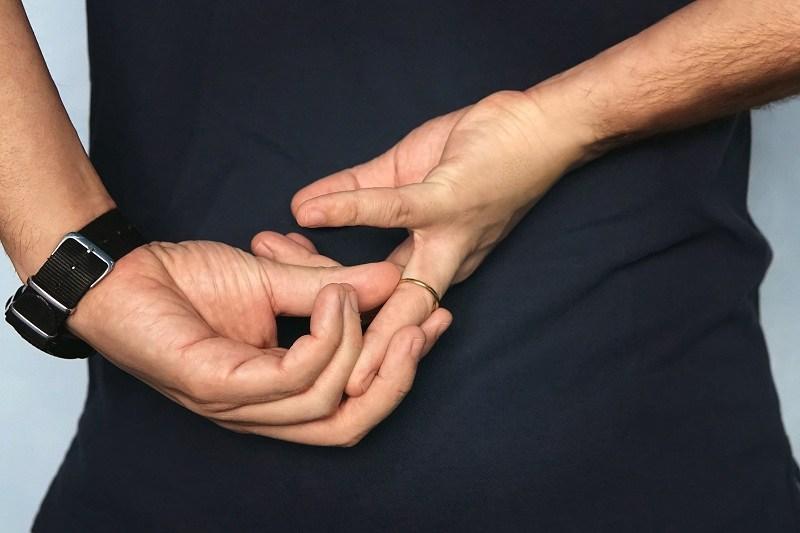 Мужчина снимает кольцо и изменяет жене, но забыл, что жена знает о 10 признаках измен