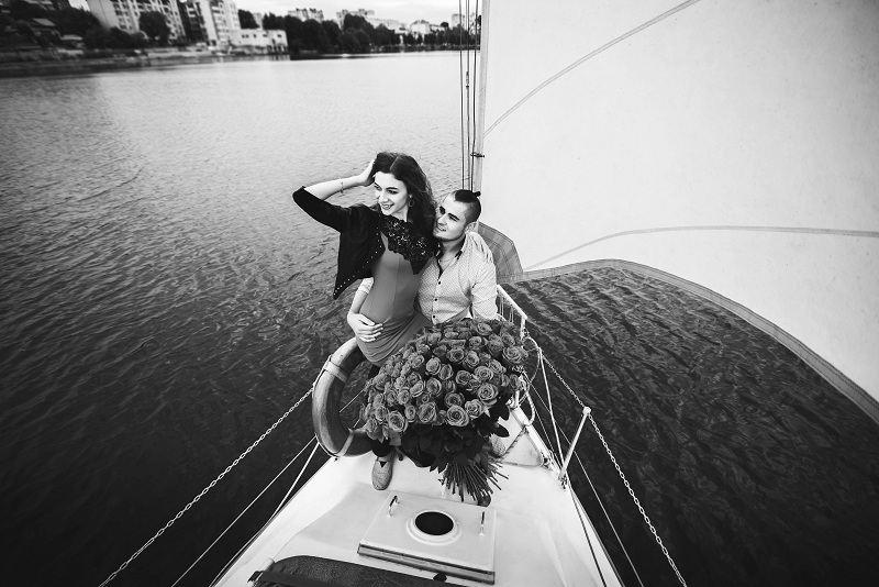 Богатый мужчина влюбил в себя замужнюю девушку - они катаются на яхте