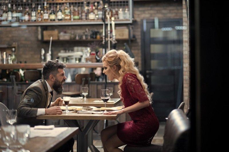 Мужчина и женщина ссорятся  в ресторане за столом и понимают о неизбежности развода  в их семье
