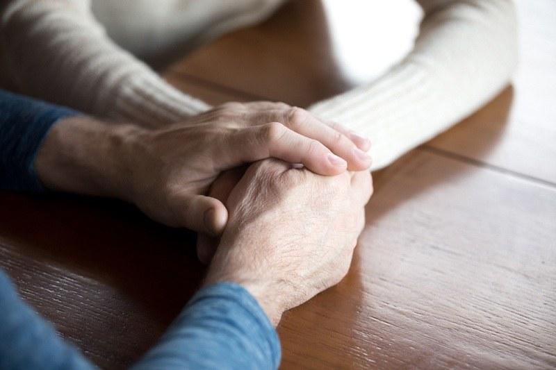 Женская и мужская рука - супруги не допустили казалось бы неизбежного развода