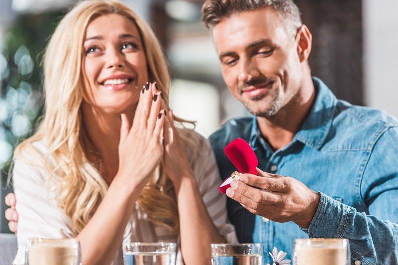 Молодой человек выражает свои чувства и любовь к женщине подарком