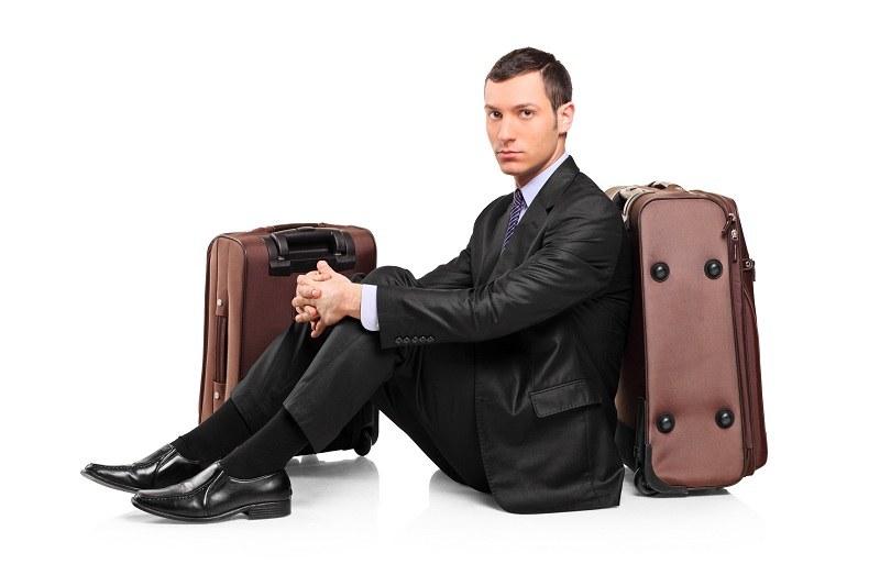 Жена хочет выгнать мужа из дома, но он не уходит и сидит на чемоданах