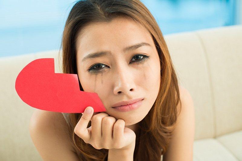 Девушка плачет и хочет выселить супруга, так как он применяет ее обидел