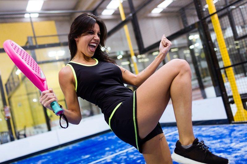Счастливая девушка в спортзале получила только плюсы от развода с мужем