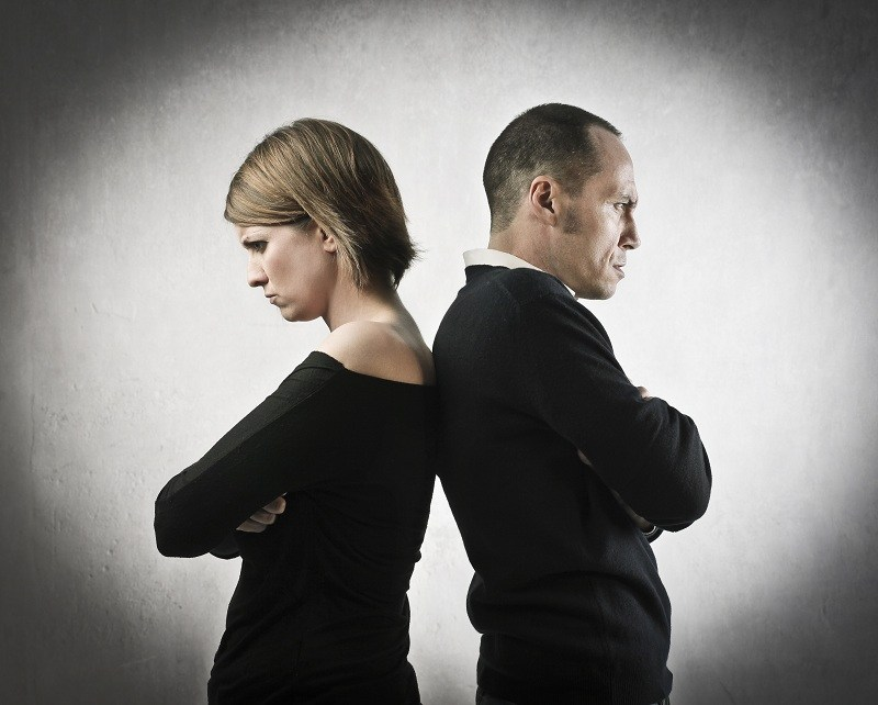 Супруги постоянно пребывают в угрюмом настроении - это один из признаков расторжения брака