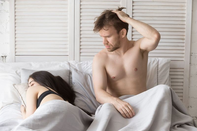 Мужчина думает как наладить семейные отношения и восстановиться жене после родов